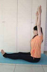 両手を伸ばし、背筋を正して床に座ります。