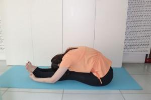 息を吸って吐きながら、ひざを曲げないように上体を前に倒します。なるべく、両手を足裏につけ、身体の重みで頭を足につけるようにして10秒キープしましょう
