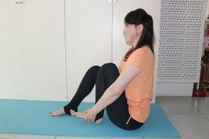 片方の足裏に手を添えて背筋を伸ばし、フロアに座ります