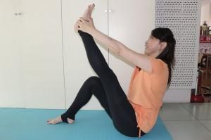 (1)の状態から足を伸ばし、10秒キープします。この時、背筋を曲げないように気を付けましょう。むずかしい場合は、添える手をひざや足首に変えてもOKです