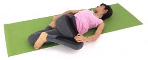 できる人は、右手で左つま先をつかみ、左ひざ前、太もも前をゆっくり伸ばします。なるべく胸を開き、徐々に頭も右側に倒し、10呼吸してねじりを深めます