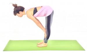 つま先を正面に向け、背骨を伸ばします。両手をひざorすねにつけ、上半身を伸ばします。この時、かかとよりもお尻が後ろに出過ぎないように、つま先にも体重を乗せましょう