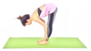 足裏が伸びてきたと感じたら、背骨を伸ばしたまま両手を足首へと下げ、首の後ろを伸ばし10呼吸繰り返します。足が震える、痛みを感じる場合は、ひざを軽く曲げて調整しましょう