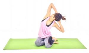 ゆっくり息を吐きながら上体を左側に倒し、10呼吸繰り返します。腰骨から肋骨の間を開いてウエスト部分を伸ばし、お腹のむくみを解消しましょう