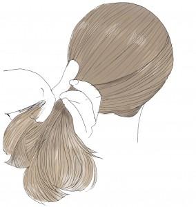 髪の毛に、洗い流さないトリートメントやヘアオイルをつけてなじませます