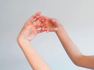卵を掴んだような手の形をつくり、両手を頭頂にセットします。この時、指が左右交互になるようにしましょう