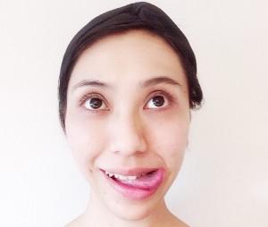 目線をやや上にし、舌を口の片端へ移動させます。舌先は小鼻を舐めるように上に向けます