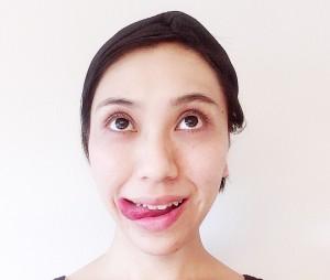 舌は、半円を描くように下を通って反対側の口の端へ移動させます。舌の裏で下唇をなぞ流ようにしてもOKです。</p> <p>移動したら、小鼻を舐めるようにキュッと上に向けます。ゆっくり3往復させましょう