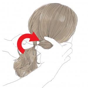 左手の2本指(親指、人差し指、中指の中で使いやすい2本指)を下から出し、毛先をつかんで中に入れ込みます