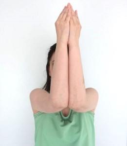 肘を90度に曲げ、胸の前で肘と手のひらを合わせます