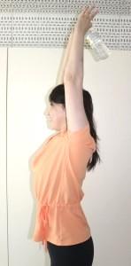 立位でペットボトルを後ろに持ちます。二の腕の筋肉でペットボトルを持ち上げるように意識してください。</p> <p>この時、肘が耳よりも前にこないように、耳と肘が同じラインにくるようにしましょう