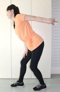 足を開いて、身体を前傾させます。腕を90度に曲げ、後ろに伸ばします。腕を曲げて伸ばす動作を30回行います。反対側も同様に行いましょう