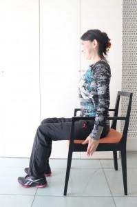 背筋を伸ばしイスに浅く腰かけます。この時、耳・肩・股関節が一直線になる位置が好ましいです