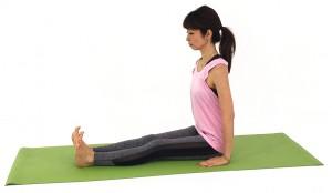 ダンダーサナ(杖のポーズ)をとります。両足をまっすぐ前に伸ばし、上半身もまっすぐ伸ばします。この時、吐く息とともにお腹を腰に引き寄せドローイングしながら、腰骨→肩→耳のラインを一直線にするイメージで姿勢を整えましょう