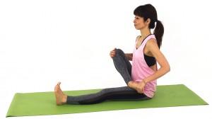 右のひざを曲げて、左足の付け根に乗せます。お尻が硬い、股関節がつまった感じがしたら、右お尻を床から離し股関節からひざで大きな円を描いて股関節周りをほぐしましょう
