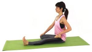 そのまま、左手は右つま先をつかみ右手で右ひざを胸に近づけ、吐く息とともにひざを床に近づける動作をゆっくり何度か繰り返します
