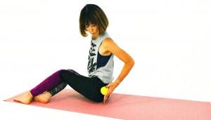 次にお尻横の筋肉から太もも横にボールを移動させながらほぐします