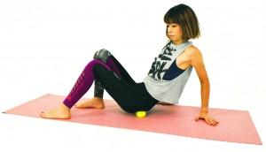 最後にボールに片方ずつ臀部を当てて、ゆっくりお尻全体の筋肉をほぐします