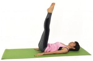仰向けになり、手のひらを床につけます。両足をそろえ、まっすぐ天井方向に伸ばします。この時、つま先を伸ばし、足裏も伸ばしましょう