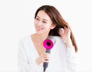 毛先の乾かしすぎを防ぐためにも、頭皮まで風を送りながら根元から乾かすようにしましょう。ハリ感のあるボリュームヘアに仕上げるには、根元のクセをしっかりと伸ばしながら乾かすことがおすすめです。ハンドブローで分け目と逆側から風をあてれば、自然なふんわり感を出すことができます。