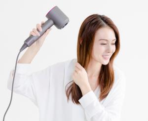 根元が乾いたら、髪の流れに沿って上から風をあてるようにドライヤーの角度を調整しながら全体を乾かします。手ぐしで髪をとかしながら風をあてることで、キューティクルを整え、うねりや絡まり、くせ毛も気にならないツヤ髪に。