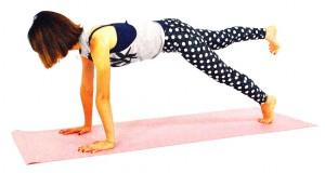 右つま先を床から離し、腰の高さまで伸ばせる人はトライしてみてください。つま先は真下に向け、おへそも床に向けたまま、身体が斜めにならないように体幹を意識して、5秒キープします