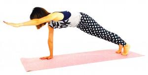 右足を下ろし、左足も(2)と同様に動作しましょう。かかとは後ろに押し出し、ひざ頭にギューッと力を入れて太もも前側も引き締めましょう。頭はやや前に押し出し、背骨を伸ばします