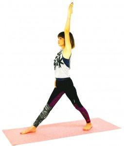 左足を大きく後ろに引き、両足の間隔を1メートルほど開きます。右足は正面に向け、左つま先は、なるべく内側に向けます。右手で足の付け根を後ろに押すようにし、骨盤を正面に向けましょう。左手は、天井方向に伸ばします