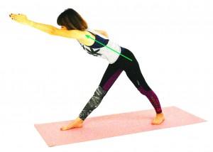 そのまま左手を前に伸ばし、上体を床方向に傾けます。この時、腰が丸まりやすいので、骨盤は床と平行にし、尾骨から背骨もまっすぐ伸ばすように意識しましょう