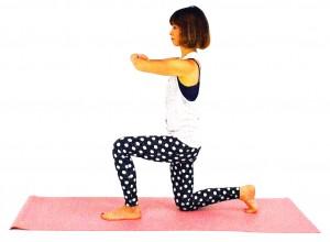 右ひざを床につけ、左ひざを1歩前に立てます。両肘を胸の前でつかみ、おへそを正面に向け、吐く息とともにお腹を腰に引き寄せドローイングをします