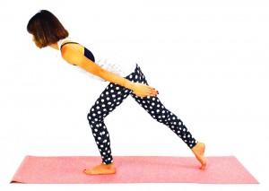 左足に体重をかけながら両手を後ろに伸ばし、右ひざを伸ばします。この時、上半身がブレないように体幹を意識して、ドローイング状態をキープしてください