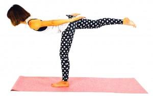 さらに右足を腰の高さに引き上げ、まっすぐ両足を伸ばし、その状態で5秒キープしたら、(1)に戻り3回を目安にゆっくり動作を繰り返します