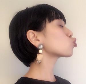 あごをやや上にあげ、目を閉じます。唇を「チュー」の形にして、口の周りの筋肉をぎゅっと締め、呼吸をしながら15秒キープします