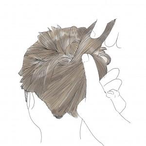 くるりんぱをした髪の毛と下の髪の毛を一つ結びにします。結んだ後、下の髪の毛のバランスを見ながら毛束を部分的に引っ張ってあげると、抜け感がでてオシャレ度がアップしますよ