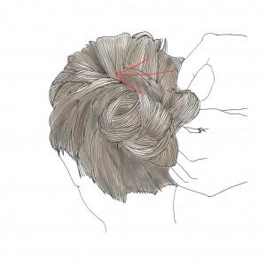 三つ編みにした毛束をクルクルと丸めながらお団子にします。お団子にした三つ編み部分を固定するために、矢印の方向に向かってピンを挿します