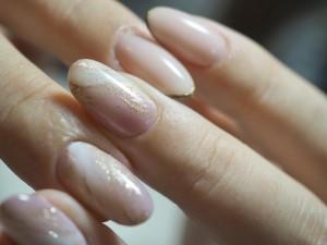 マットなカラーを使うよりもシアー系を使うことで、色の浮き感がなく、さりげない存在感を出してくれます。程よい透け感で肌との一体感も生まれるので、指が長く見えてツヤもキレイに出ます