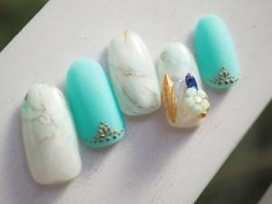 夏を思いきり満喫できそうなミントブルーの「キャンディーマーブルネイル」です