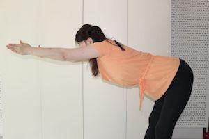 足を腰幅に開いて背筋を伸ばし、両手を伸ばして身体を前傾にして10秒キープします。これを5回行いましょう。