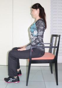 背筋を伸ばして、イスに腰かけます