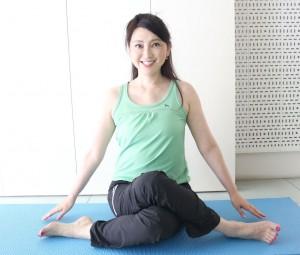 左右のひざが重なるように足をクロスして、背筋を伸ばして座ります。この時、クロスがむずかしい場合は、足の裏同士を合わせてひざを開いた座り方「がっせき」でもOKです