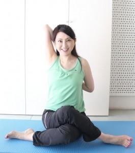 上にあげている手を曲げて、足に伸ばした方の手を下から近づけ、15秒キープします