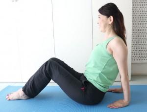 背筋を伸ばしてフロアに座り、身体の後ろに手を置きます。指先は身体の方向に向けます