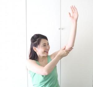腕を脇よりも高い位置にし、肘から脇までを30回さすります