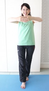 片方の足を1歩前に出します。この時、つま先とひざは同一方向を向くように、まっすぐ立ちます。ヒップに力を入れながらゆっくりと身体をねじり、10秒キープします。これを、3回行いましょう