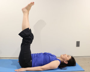 両手は身体の脇にそえて仰向けになり、両足をそろえて天井方向に伸ばします。この時、身体と足が90度になるポジションにしましょう