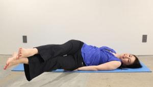 両足をそろえたまま、左に倒します。床に足がつかないギリギリの位置で10秒キープし、もとの位置に戻します。反対側にも倒し、同様に床ギリギリの位置で10秒キープしましょう。呼吸を止めずに、左右10回行います