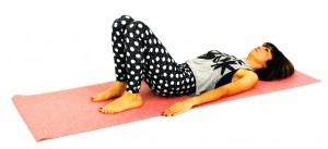 仰向けになり両ひざを立てます。吐く息とともにドローイング(お腹を腰に引き寄せる)をして、体幹を意識しましょう