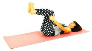 両手をひざ裏に添え、かかとを床からはなしてひざを直角にします