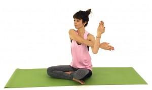 座った姿勢から右手を肩の高さに伸ばし、左腕で胸の前に引き寄せます。右肩甲骨からゆっくり腕全体をストレッチしましょう。この時、右肩が上がりやすいので、下げるように意識して姿勢を整えましょう