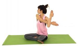 吐く息とともに、顔を左側にゆっくり向けます。左目で右肩の下の方を見るようにして、左の首筋から鎖骨周辺もほぐします